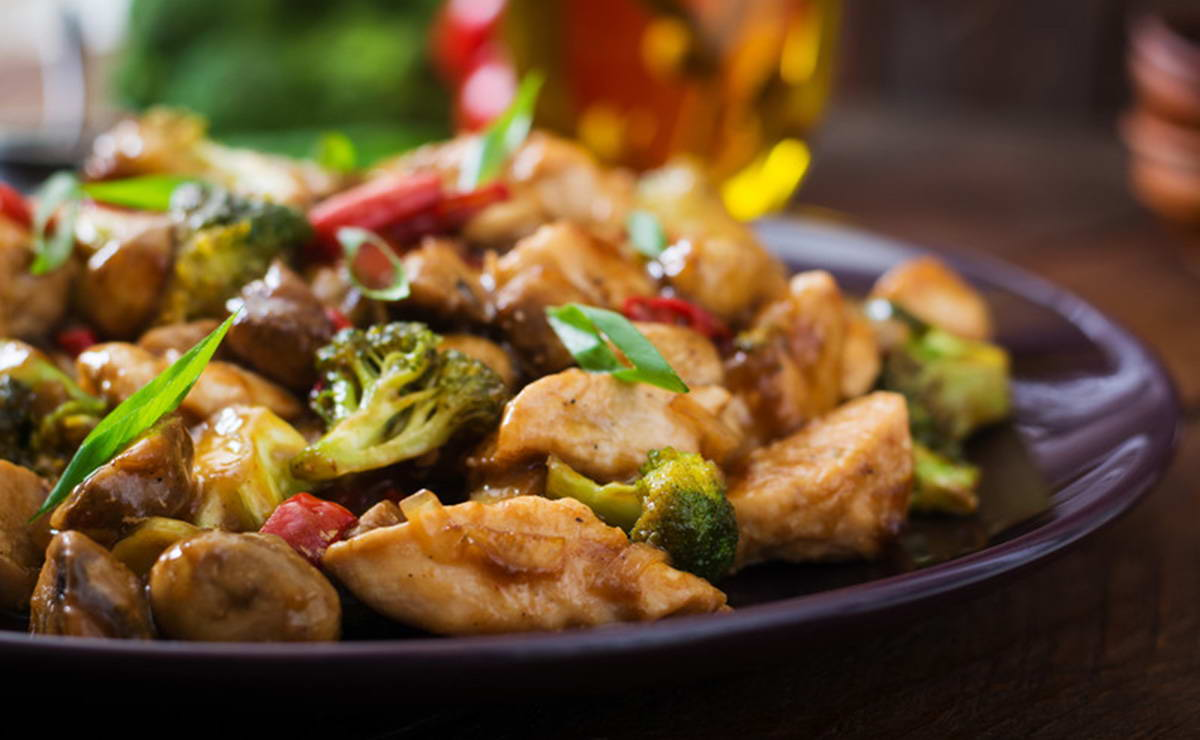الدجاج المقلي مع البروكولي في 10 دقيقة - وصفة 2021