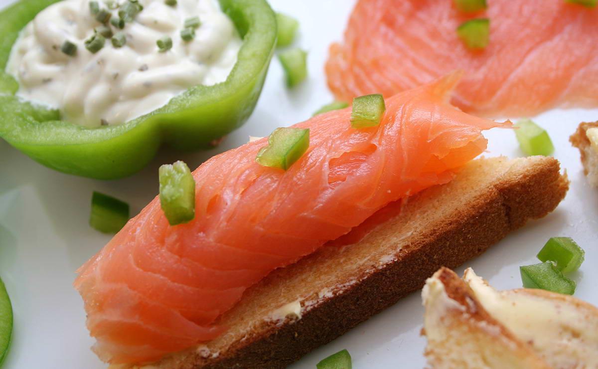 السلمون المدخن مع الخبز المحمص والجبنة الكريم في 15 دقيقة - وصفة 2021