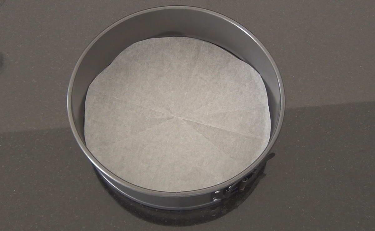 كيف نقطع ورق الفرن بقياس قالب الكيك بسهولة في  - وصفة 2019